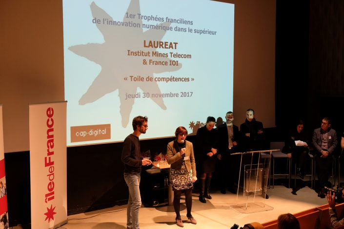 Frédérique Vincent (directrice de l'enseignement et de l'international de l'IMT) et Baptiste Gautier (IMT Atlantique) reçoivent le Trophée le 30 novembre